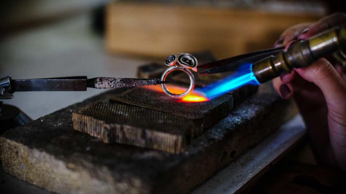 Ligas de latão e a confecção de bijuterias: como funciona esse processo